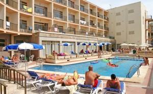 Uitzicht op hotel Iris en zwembad