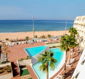 aanzicht op zee vanaf het hotel
