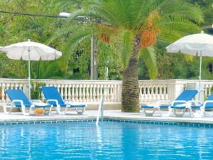 bij het zwembad van Reina Del Mar