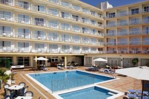 Zwembad en aanzicht op het hotel