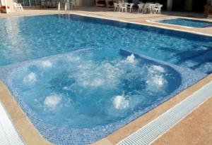 zwembad met bubbelbad