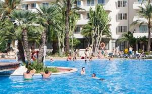 Aan het zwembad bij appartementen hotel club b