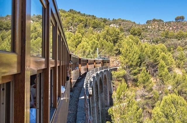 Uitzicht vanuit de trein die naar Sóller gaat