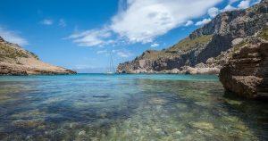 De zee en het strand Cala Figuera